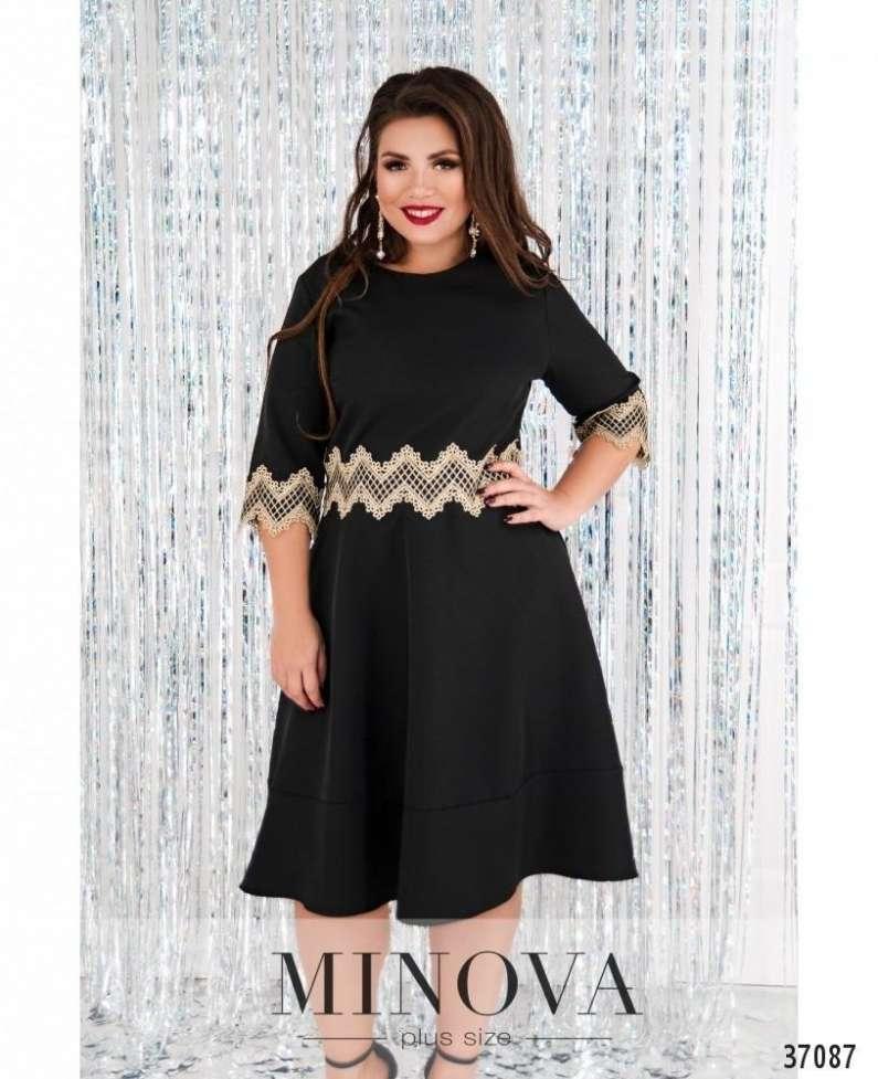 Приталенное платье с кружевом