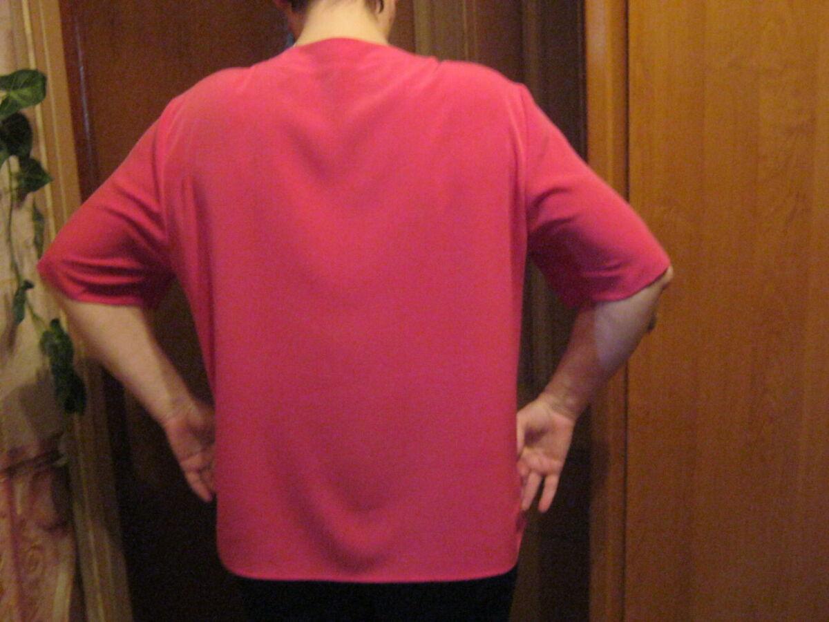 Блузка малинового цвета из ткани мокрый шелк