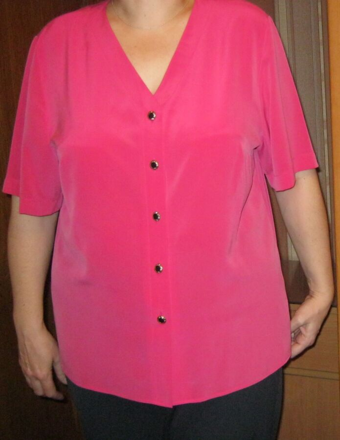Блузка малинового цвета из ткани мокрый шелк2