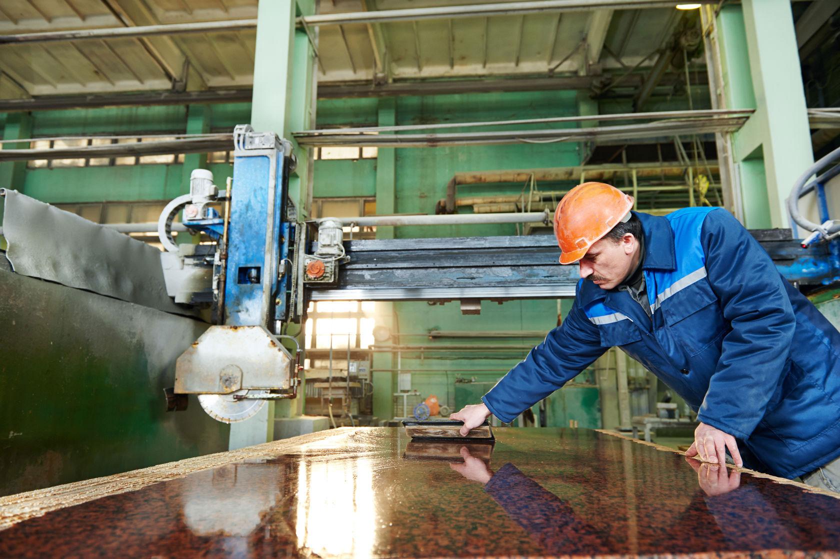 Работник на предприятие по шлифовке и зачистке гранита в Стшегоме
