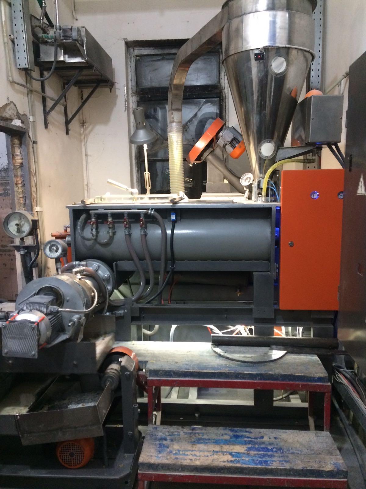 Пресс макаронный 300 кг./ч., фасовочное оборудование, сушильные шкафы.
