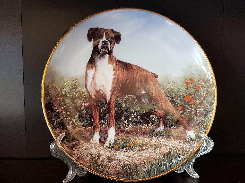 Продам фарфоровую тарелку с разными породами собак.
