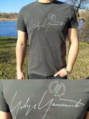 Мужская футболка графит с надписью -D 022