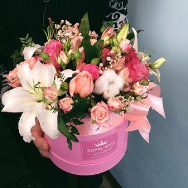 Белые лилии с розами и экзотикой в коробке