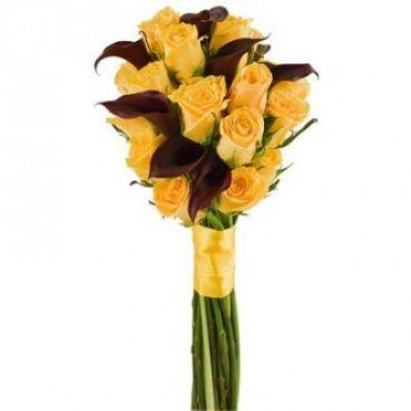 Букет из желтых роз и темных калл