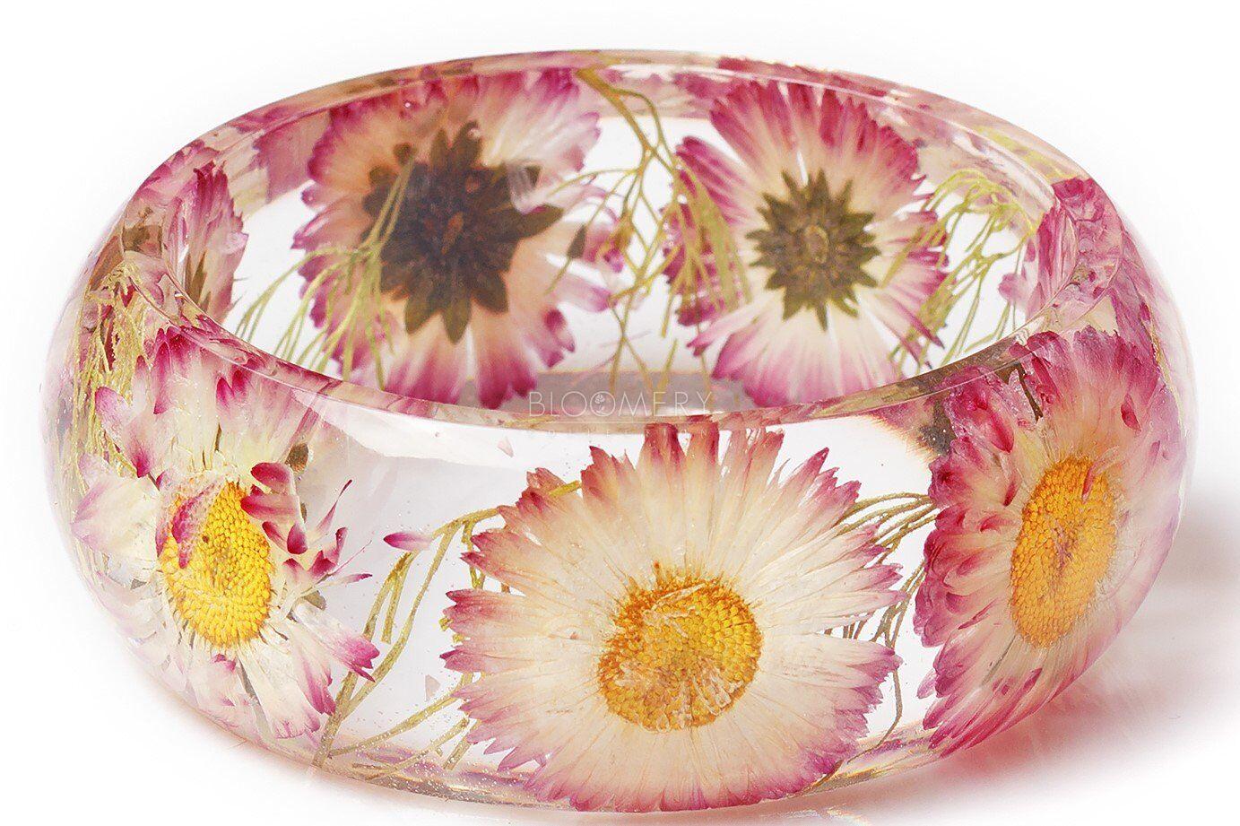 Цветочный браслет ручной работы. Внутри настоящие цветы хризантем